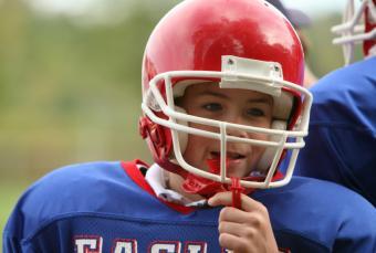 https://cf.ltkcdn.net/cheerleading/images/slide/148306-845x568r1-Young-football-player.jpg