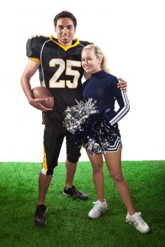 https://cf.ltkcdn.net/cheerleading/images/slide/150761-566x848-Football-player-and-cheerleader.jpg