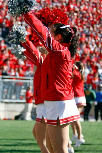 https://cf.ltkcdn.net/cheerleading/images/slide/93694-566x848r1-Cheering-at-the-game.jpg