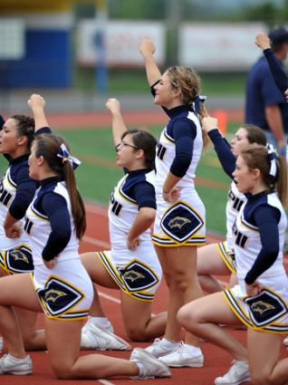 High school cheerleading squad; © Aspenphoto | Dreamstime.com