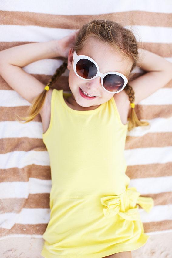 https://cf.ltkcdn.net/childrens-clothing/images/slide/188598-567x850-girls-big-bold-sunglasses.jpg