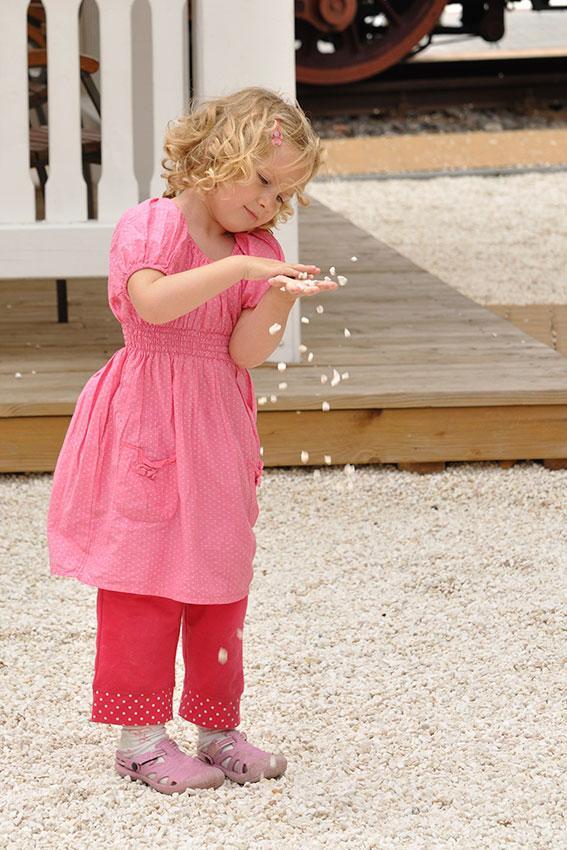 https://cf.ltkcdn.net/childrens-clothing/images/slide/188607-567x850-red-pants-and-top.jpg