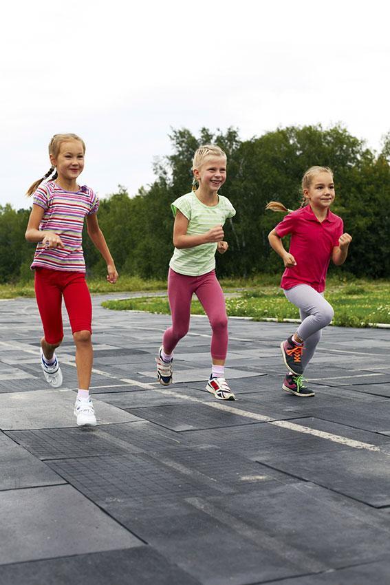 https://cf.ltkcdn.net/childrens-clothing/images/slide/188620-567x850-girls-running-wearing-leggings.jpg