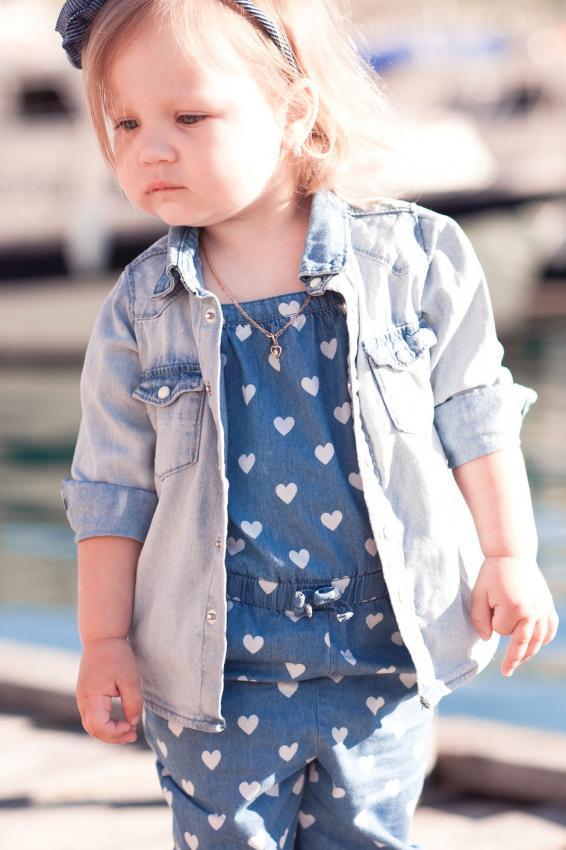 https://cf.ltkcdn.net/childrens-clothing/images/slide/214635-566x850-girl-wearing-all-denim.jpg