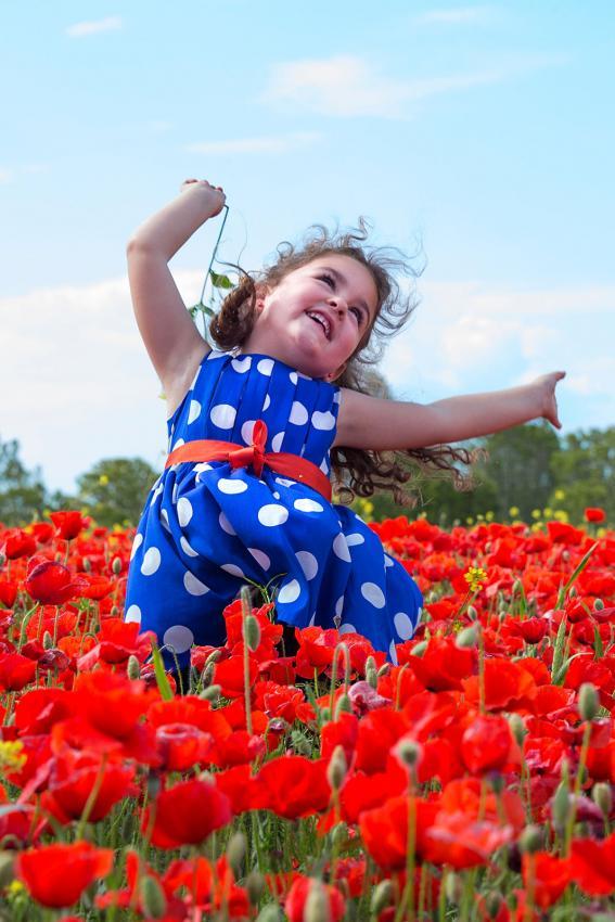 https://cf.ltkcdn.net/childrens-clothing/images/slide/214638-567x850-girl-wearing-blue-and-white-dress.jpg
