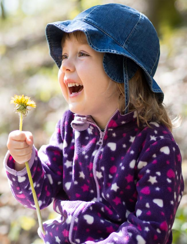 https://cf.ltkcdn.net/childrens-clothing/images/slide/214640-651x850-girl-in-fleece-jacket.jpg
