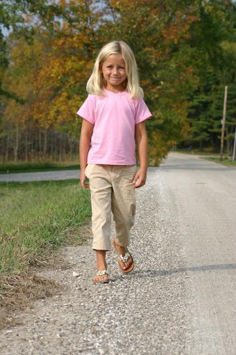 https://cf.ltkcdn.net/childrens-clothing/images/slide/188599-567x850-pink-tshirt-and-khakis.jpg