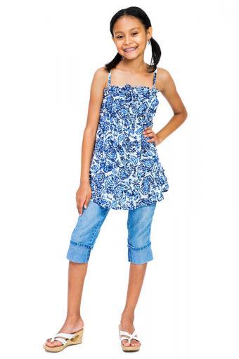 https://cf.ltkcdn.net/childrens-clothing/images/slide/188604-567x850-denim-capris-and-blue-cami.jpg