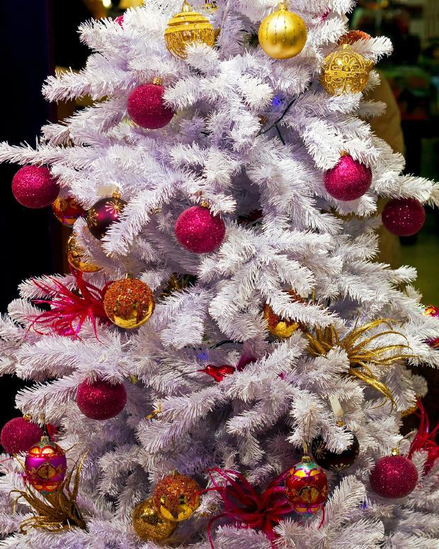 https://cf.ltkcdn.net/christmas/images/slide/162314-620x774-BrightWhiteTree.jpg