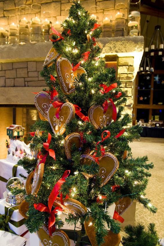 https://cf.ltkcdn.net/christmas/images/slide/162317-566x848r1-HeartOrnamentTree.jpg
