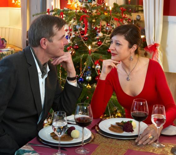 https://cf.ltkcdn.net/christmas/images/slide/166546-568x500-RomanticDinnerSmall.jpg