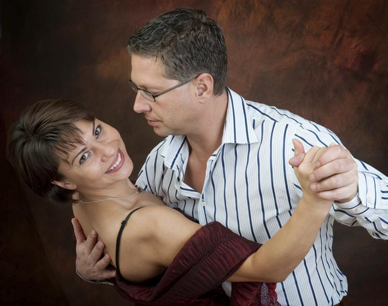 https://cf.ltkcdn.net/christmas/images/slide/166576-762x600-romanticdancing_new.jpg