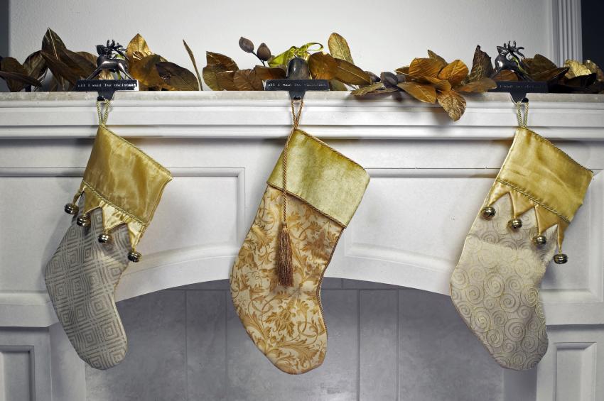https://cf.ltkcdn.net/christmas/images/slide/182468-850x565-stockings-on-mantle.jpg