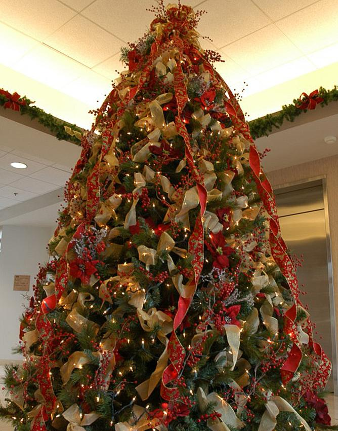 ribbons and berries tree - Photos Of Christmas Trees Decorated With Ribbon