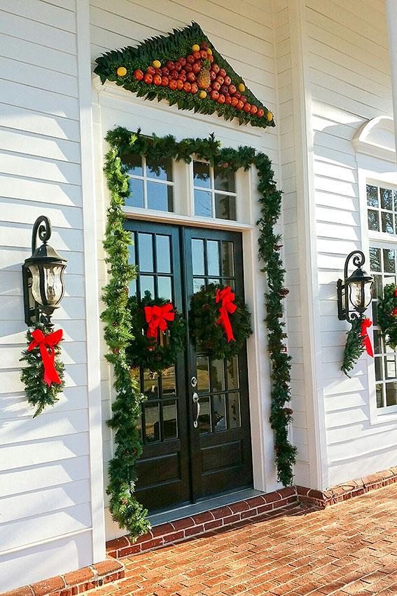 https://cf.ltkcdn.net/christmas/images/slide/189611-567x850-Christmas-Door-With-Wreath-and-Fruit.jpg