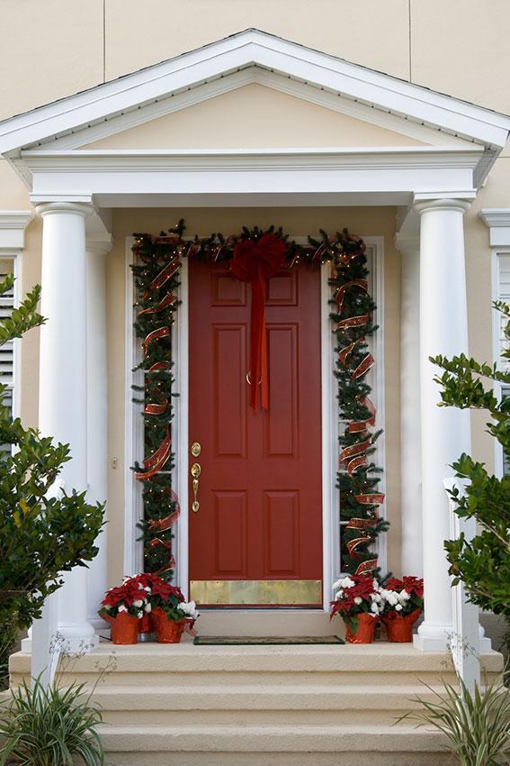 https://cf.ltkcdn.net/christmas/images/slide/189612-567x850-Red-Door-Entry.jpg