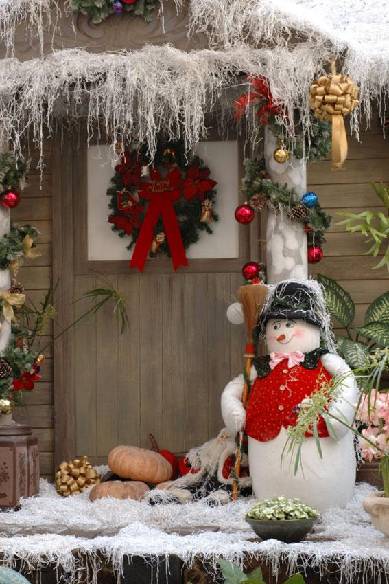 Christmas snow scene & Front Door Christmas Decoration Ideas | LoveToKnow