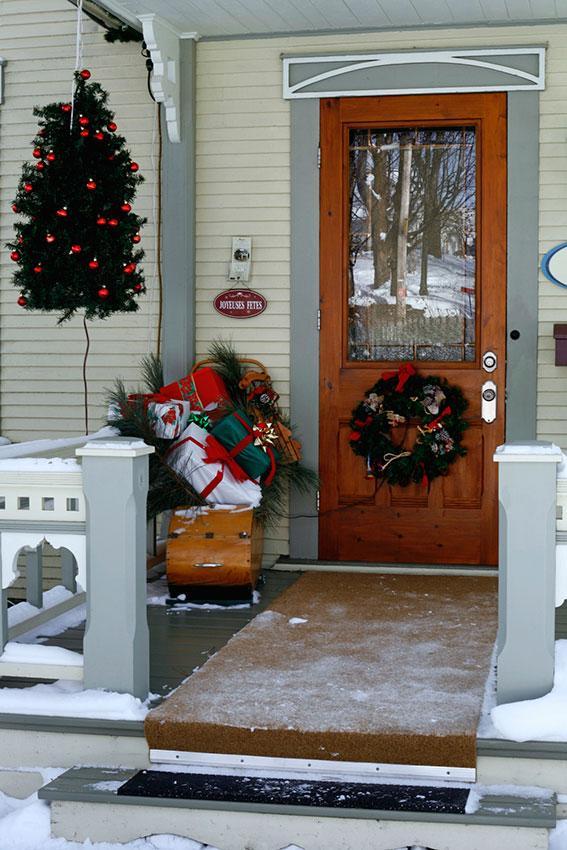https://cf.ltkcdn.net/christmas/images/slide/189618-567x850-Christmas-Entry-Decorations.jpg