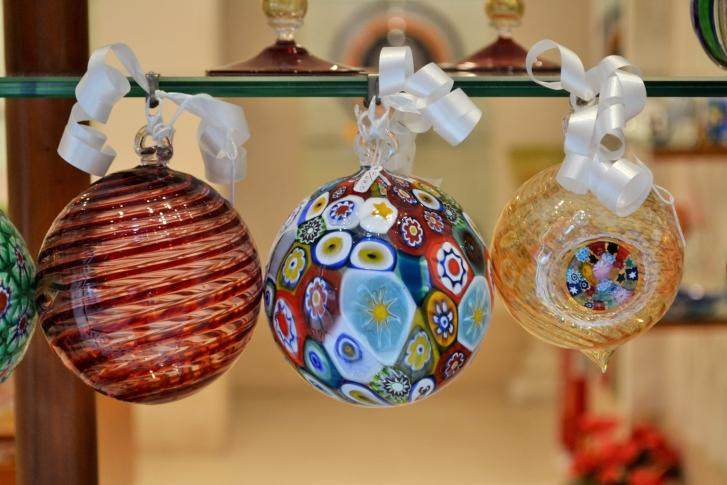 https://cf.ltkcdn.net/christmas/images/slide/189713-727x485-murano-glass-ornaments.jpg