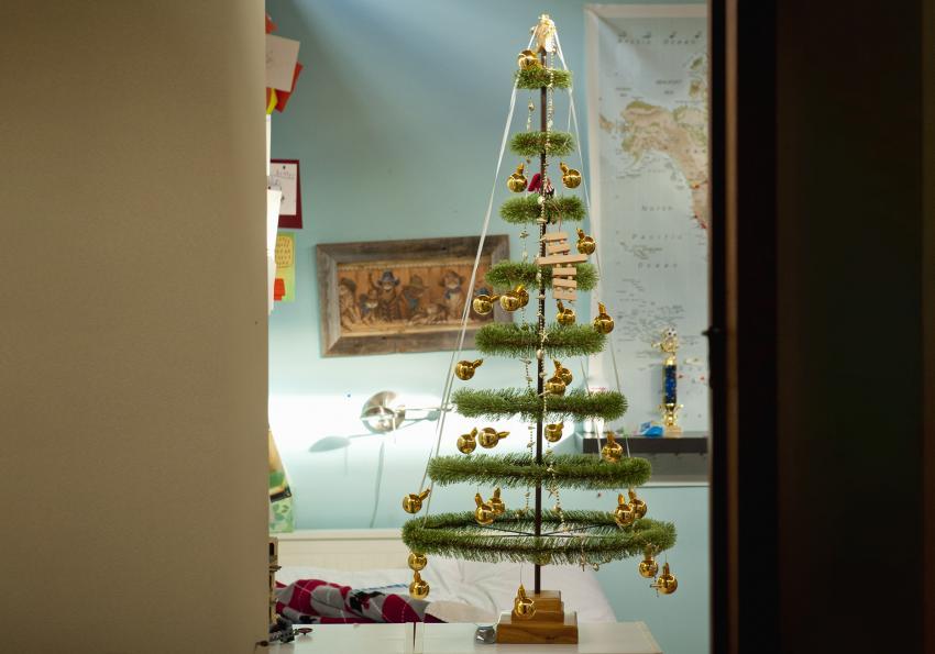 https://cf.ltkcdn.net/christmas/images/slide/251992-850x595-3_Hoop_Tinsel_Tree.jpg