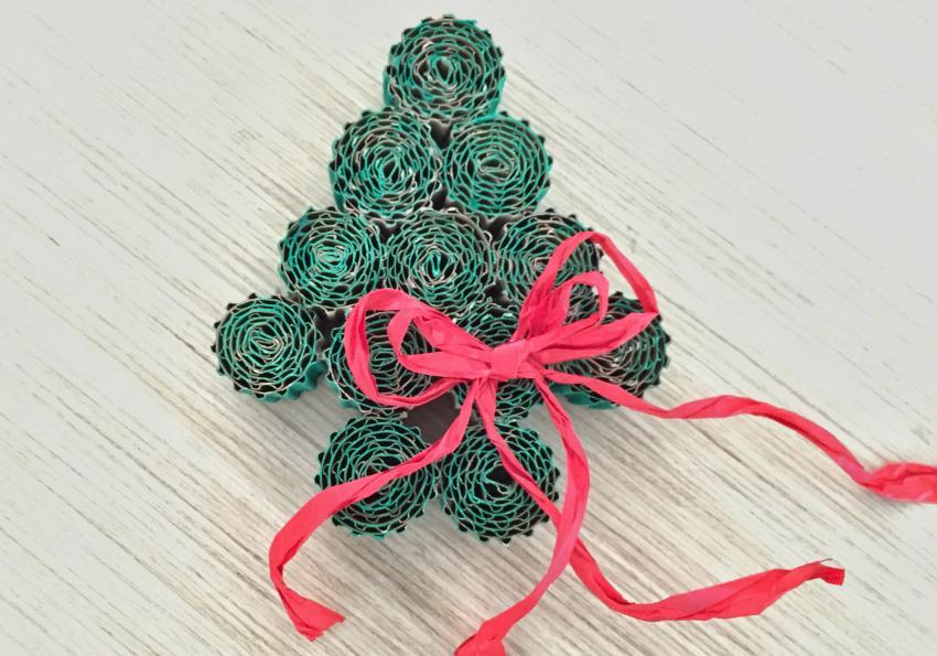 https://cf.ltkcdn.net/christmas/images/slide/251993-850x595-4_corrugated_cardboard_tree.jpg