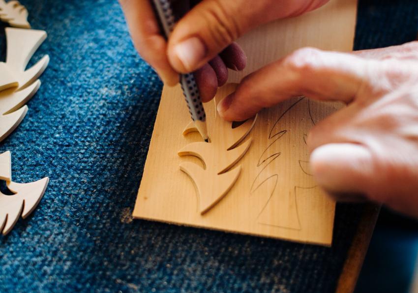 https://cf.ltkcdn.net/christmas/images/slide/251999-850x595-10_Cut_Wood_Ornament.jpg