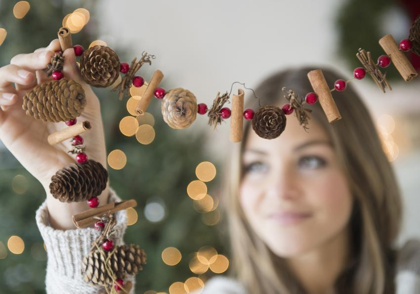 https://cf.ltkcdn.net/christmas/images/slide/252007-850x595-16_Pinecone_Garland.jpg