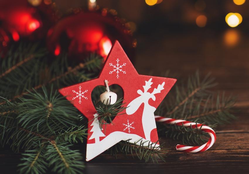 https://cf.ltkcdn.net/christmas/images/slide/252075-850x595-1_Star_Wood_Table.jpg