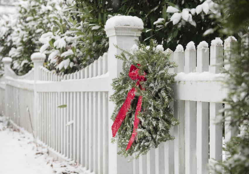 https://cf.ltkcdn.net/christmas/images/slide/253929-850x595-10_Wreath_fence.jpg