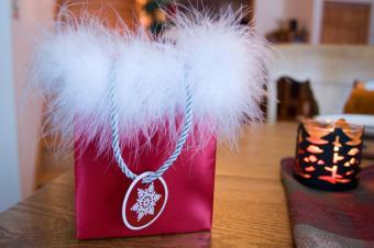 https://cf.ltkcdn.net/christmas/images/slide/165246-850x565-christmas-gift-bag-embellishment.jpg