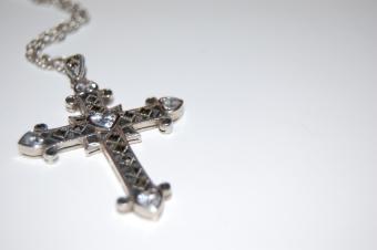 https://cf.ltkcdn.net/christmas/images/slide/166001-850x565-Cross-necklace.jpg