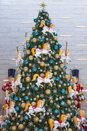 https://cf.ltkcdn.net/christmas/images/slide/170029-567x850-Carousel-Christmas-Tree.jpg
