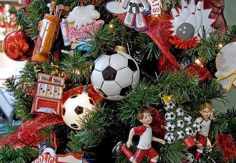 https://cf.ltkcdn.net/christmas/images/slide/170032-850x587-Soccer-Themed-Christmas-Tree.jpg