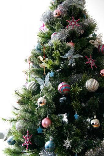 https://cf.ltkcdn.net/christmas/images/slide/170034-567x850-Christmas-Tree-with-Butterflies.jpg