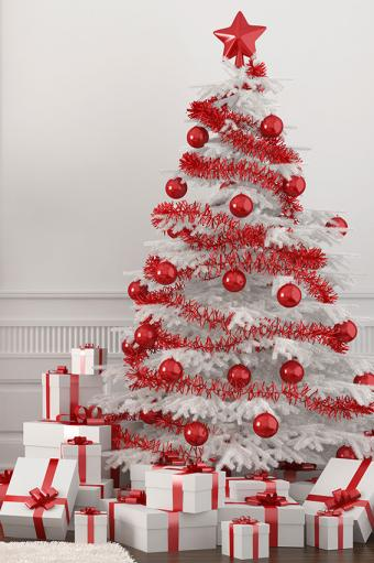 https://cf.ltkcdn.net/christmas/images/slide/170037-566x850-Red-and-White-Christmas-Tree.jpg
