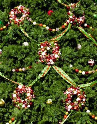 https://cf.ltkcdn.net/christmas/images/slide/180994-668x850-gold-green-rickrack.jpg