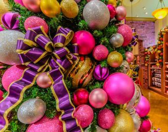 https://cf.ltkcdn.net/christmas/images/slide/181001-850x668-purple-magenta.jpg