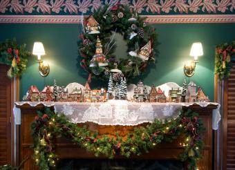 https://cf.ltkcdn.net/christmas/images/slide/182475-850x615-christmas-mantle1.jpg