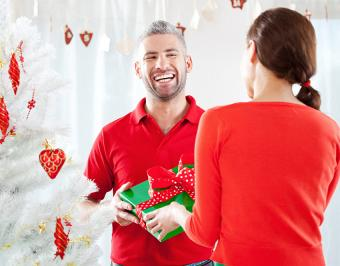 https://cf.ltkcdn.net/christmas/images/slide/182731-850x665-man-receiving-Christmas-present.jpg