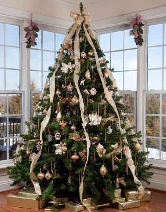 https://cf.ltkcdn.net/christmas/images/slide/183207-668x850-gold-cascading-ribbon.jpg