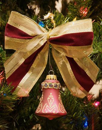 https://cf.ltkcdn.net/christmas/images/slide/183209-668x850-christmas-bow-with-ornament.jpg