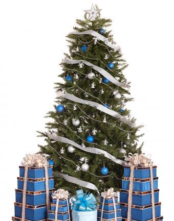 https://cf.ltkcdn.net/christmas/images/slide/183214-668x850-white-ribbon-blue-ornaments.jpg