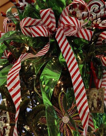https://cf.ltkcdn.net/christmas/images/slide/183224-668x850-candy-cane-ribbon.jpg