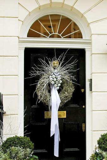 https://cf.ltkcdn.net/christmas/images/slide/189595-567x850-silver-wreath-on-door.jpg