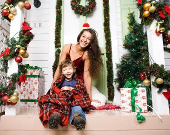 https://cf.ltkcdn.net/christmas/images/slide/189616-850x677-Christmas-decorations-on-front-porch.jpg