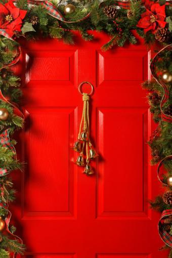 https://cf.ltkcdn.net/christmas/images/slide/189620-567x850-Bells-on-Red-Door.jpg