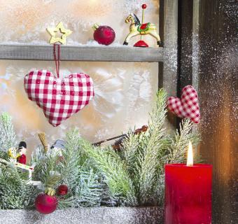 https://cf.ltkcdn.net/christmas/images/slide/189651-850x800-red-checkered-hearts-in-window.jpg