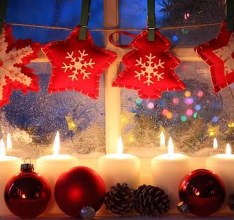 https://cf.ltkcdn.net/christmas/images/slide/189652-850x800-red-felt-ornaments-in-window.jpg