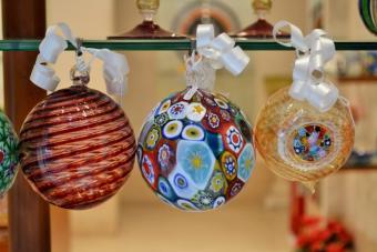 https://cf.ltkcdn.net/christmas/images/slide/189713-727x485-murano-glass-ornaments.jpg