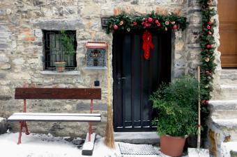 https://cf.ltkcdn.net/christmas/images/slide/189716-849x565-italian-cottage-decorations.jpg